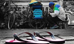 Ketangguhan Jasa Sol Sepatu Negeri Aing, Jalan Kaki Memperbaiki Alas Kaki