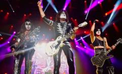 Hentikan Konser Sejenak, KISS Ajak Penonton Hormati Para Veteran