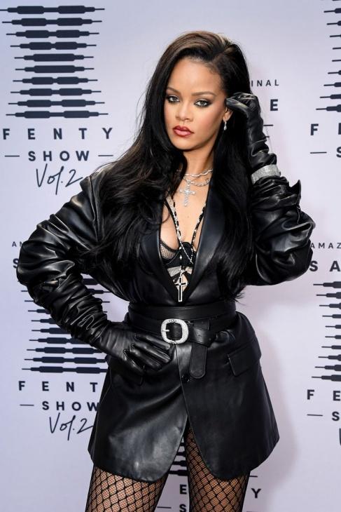 Rihanna dengan OOTD Rock n Roll. (Foto Harper's Bazaar)
