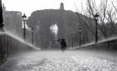 Gerimis atau Hujan, Mana yang Lebih Bikin Sakit?