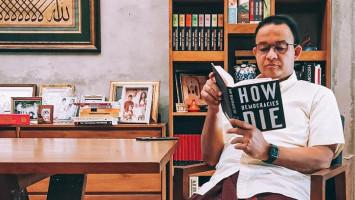 Begini Tanggapan Wagub DKI Soal Anies Baca Buku How Democracies Die