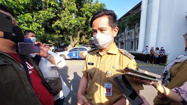 Wali Kota Solo Gibran Rakabuming Raka meninjau PTM di SMAN 4 Solo, Jawa Tengah, Senin (13/9). (MP/Ismail)
